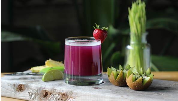 Nourishing fresh juice_Womesn retreat in the UK with Alice Allum